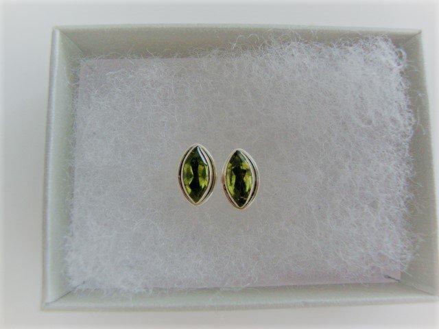 Zilveren oorstekers met peridoot