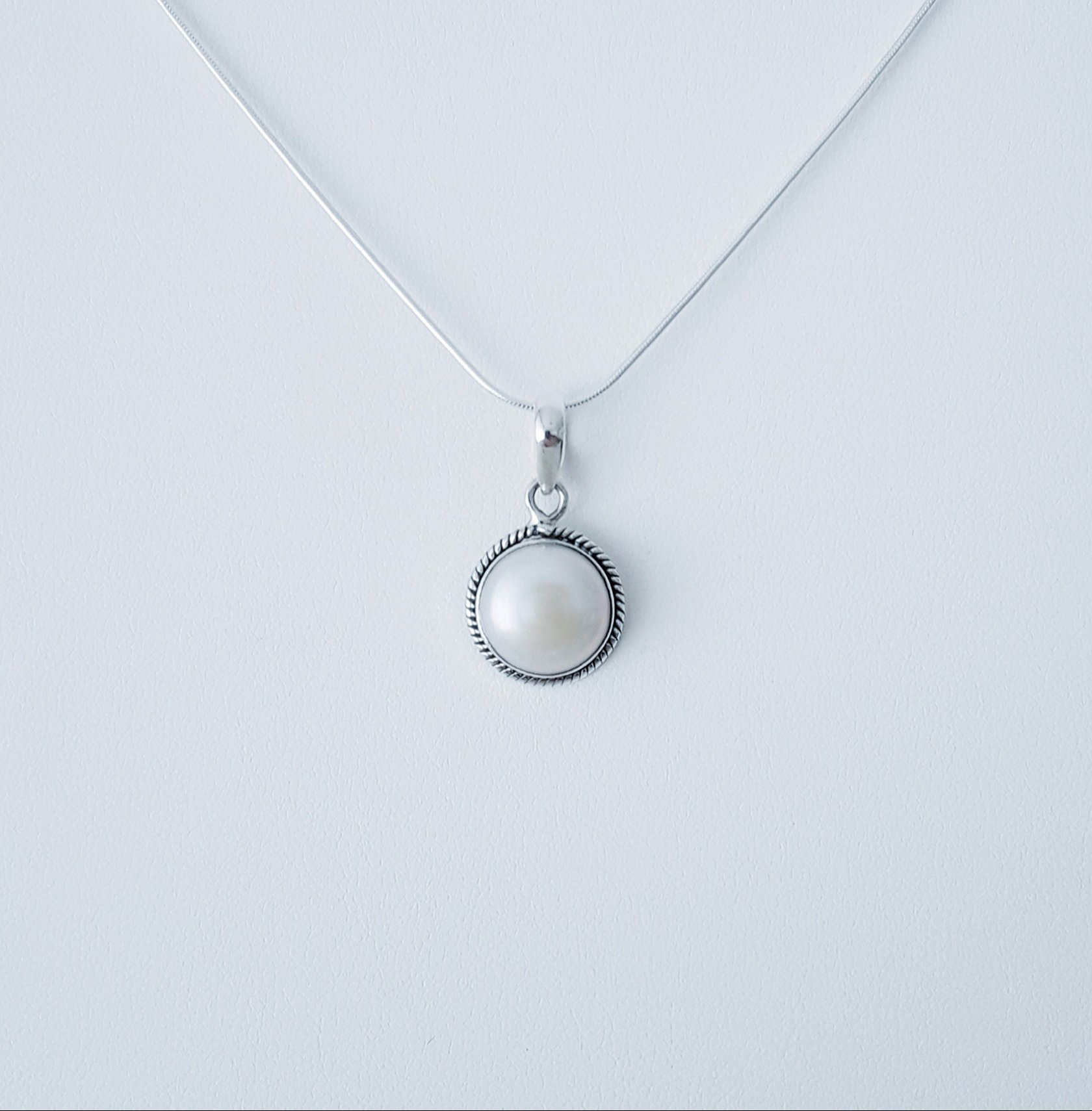 Zilveren hanger met een parel