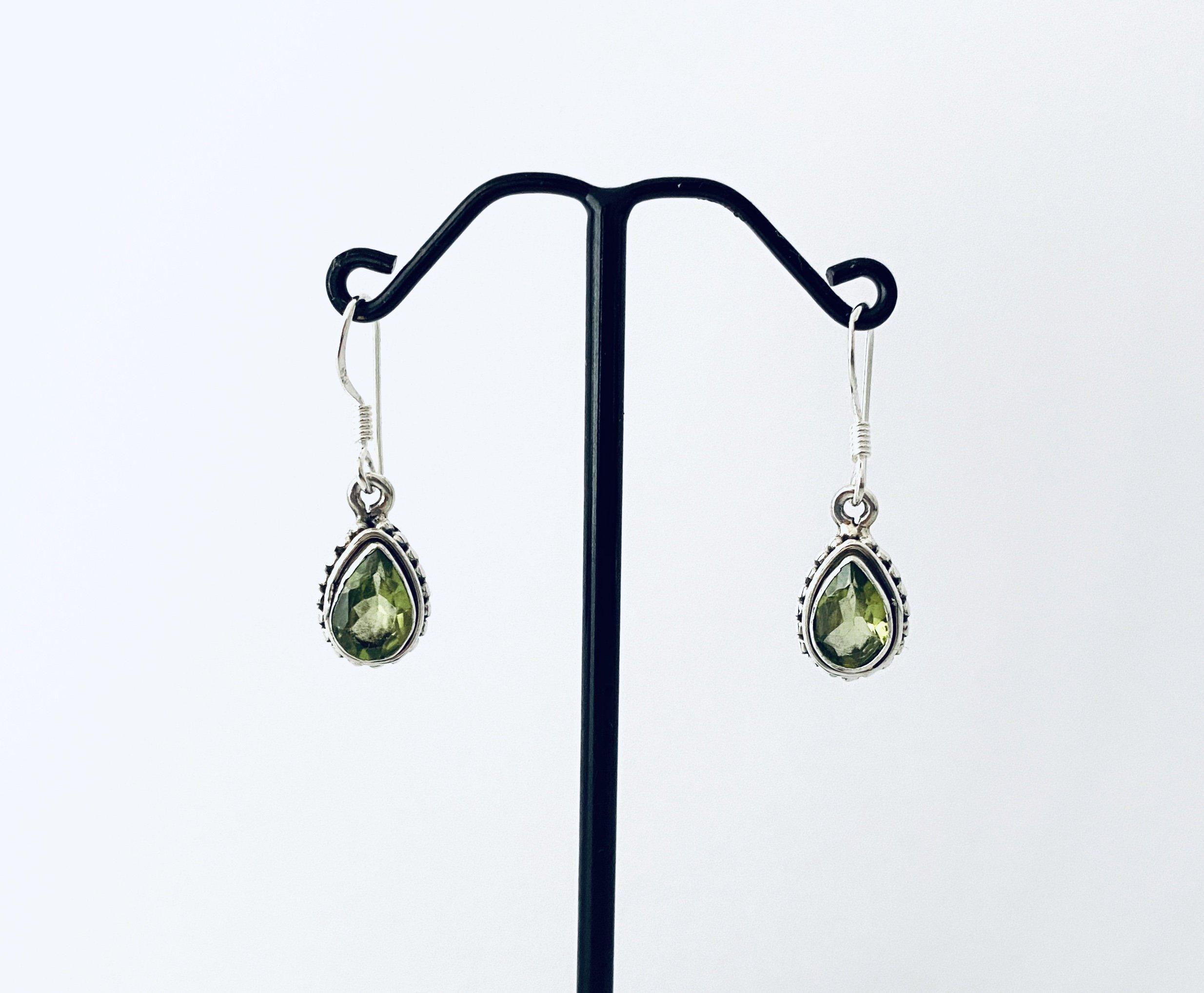 Zilveren oorbellen met peridoot