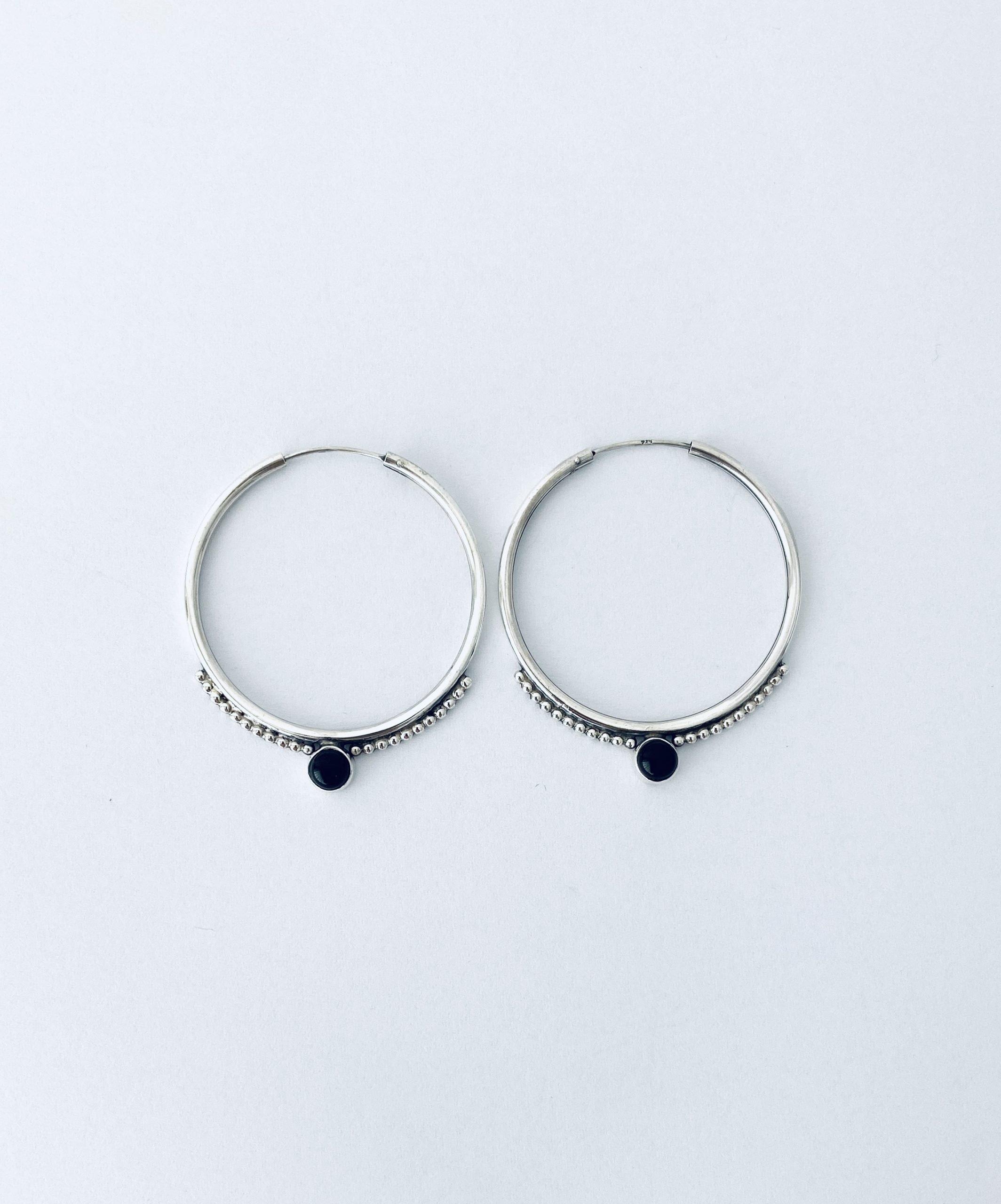 Zilveren oorringen met onyx. 35 mm.