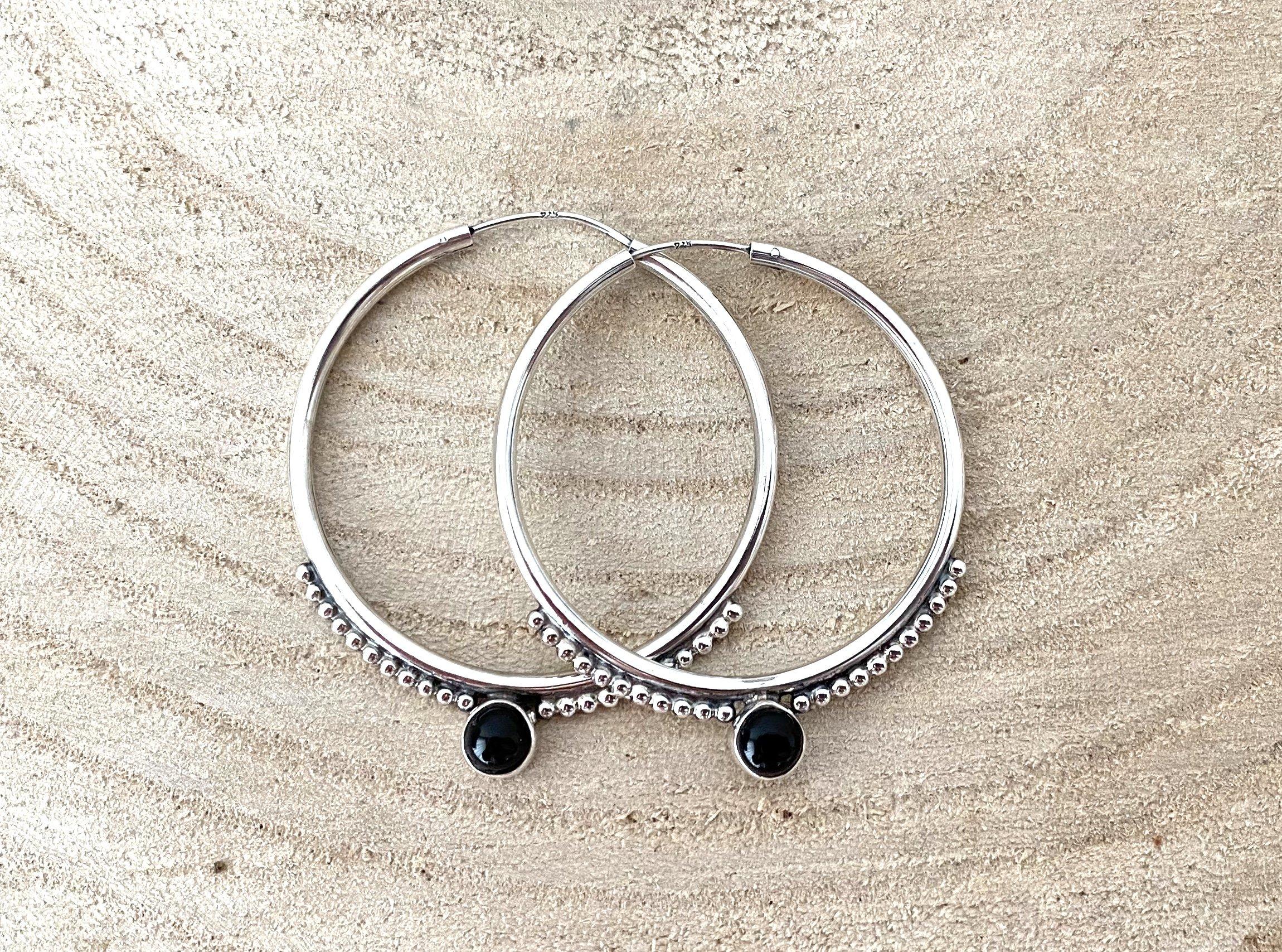 Zilveren oorringen met onyx. 34 mm.