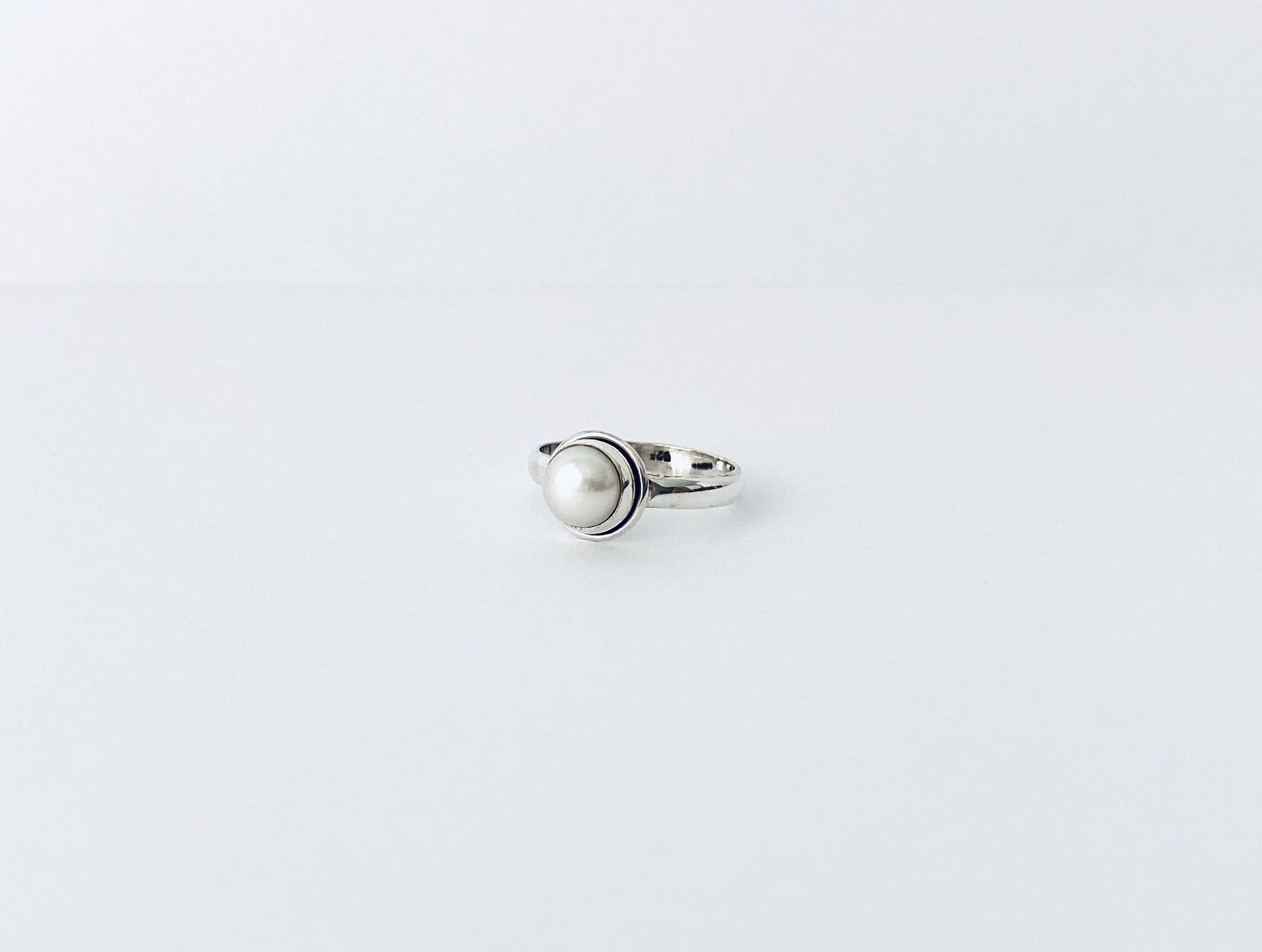 Zilveren ring met een zoetwaterparel