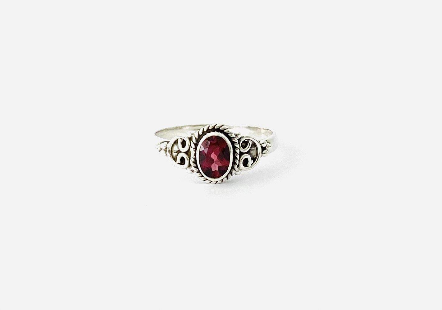 Zilveren ring met granaat